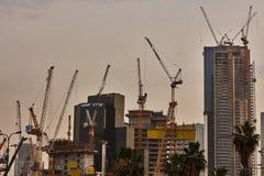Tel Aviv - 10 06 2017: Mnóstwo budowa żurawie w Tel Aviv Zdjęcia Stock