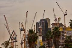 Tel Aviv - 10 06 2017: Mycket konstruktionskranar i Tel Aviv Arkivbild