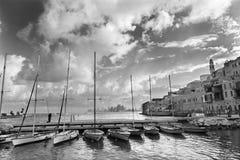 Tel Aviv - o porto e os iate pequenos sob Jaffa velho e Tel Aviv no backgound na luz da manhã Fotografia de Stock Royalty Free