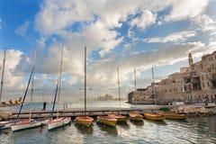 Tel Aviv - o porto e os iate pequenos sob Jaffa velho e Tel Aviv no backgound na luz da manhã Fotografia de Stock
