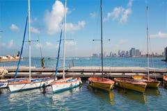 Tel Aviv - o porto e os iate pequenos sob Jaffa velho e Tel Aviv no backgound na luz da manhã Foto de Stock