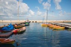 Tel Aviv - o porto e os iate pequenos sob Jaffa velho na luz da manhã e em um homem na pesca Imagens de Stock Royalty Free