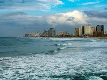 Tel Aviv på bakgrunden av havet och den molniga himlen Royaltyfri Foto
