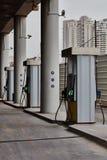 Tel Aviv - 10 06 2017: Posto de gasolina vazio em Tel Aviv, tempo do dia Foto de Stock