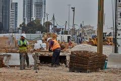 Tel Aviv - 10 06 2017: Pracownicy budowlani w Tel Aviv rżniętym fitt Fotografia Stock