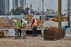 Tel Aviv - 10 06 2017: Pracownicy budowlani w Tel Aviv rżniętym fitt Zdjęcie Royalty Free
