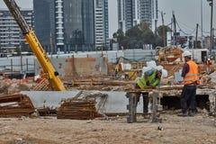 Tel Aviv - 10 06 2017: Pracownicy budowlani w Tel Aviv rżniętym fitt Zdjęcia Stock