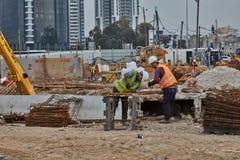 Tel Aviv - 10 06 2017: Pracownicy budowlani w Tel Aviv rżniętym fitt Zdjęcia Royalty Free