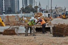 Tel Aviv - 10 06 2017: Pracownicy budowlani w Tel Aviv rżniętym fitt Obrazy Royalty Free