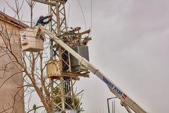 Tel Aviv - 10 06 2017: Reparerar mannen som fixar den elektriska linjen i telefon Fotografering för Bildbyråer