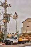 Tel Aviv - 10 06 2017: Repariert den Mann, der elektrische Linie in Telefon repariert Lizenzfreie Stockbilder