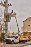 Tel Aviv - 10 06 2017: Repariert den Mann, der elektrische Linie in Telefon repariert Lizenzfreies Stockfoto