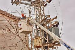 Tel Aviv - 10 06 2017: Repariert den Mann, der elektrische Linie in Telefon repariert Stockbild