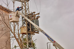 Tel Aviv - 10 06 2017: Ripara l'uomo che ripara la linea elettrica in telefono Immagine Stock