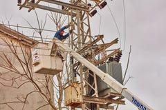 Tel Aviv - 10 06 2017: Ripara l'uomo che ripara la linea elettrica in telefono Fotografie Stock