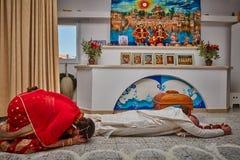 Tel Aviv - 10 05 2017: Riverenze di offerta della gente di Krishna della lepre nella t Immagini Stock