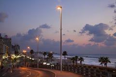 Tel Aviv strandpromenad & strand på skymning royaltyfria bilder