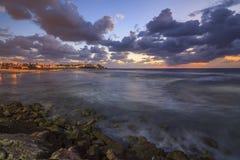 Tel Aviv sur les rivages de la mer déchaînée images stock