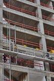 Tel Aviv - 10 06 2017: Trabajadores árabes que construyen una estructura en el teléfono Imagen de archivo