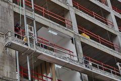 Tel Aviv - 10 06 2017: Trabajadores árabes que construyen una estructura en el teléfono Fotografía de archivo