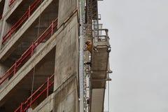 Tel Aviv - 10 06 2017: Trabajadores árabes que construyen una estructura en el teléfono Fotos de archivo libres de regalías