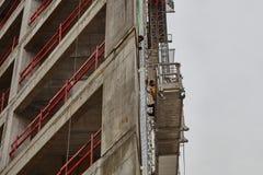 Tel Aviv - 10 06 2017: Trabajadores árabes que construyen una estructura en el teléfono Foto de archivo