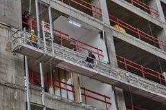 Tel Aviv - 10 06 2017: Trabalhadores árabes que constroem uma estrutura no telefone Fotos de Stock Royalty Free
