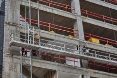 Tel Aviv - 10 06 2017: Trabalhadores árabes que constroem uma estrutura no telefone Fotografia de Stock Royalty Free