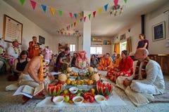 Tel Aviv - 10 05 2017: Vedic traditionell hare Krishna som gifta sig ta Arkivfoton