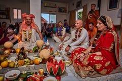 Tel Aviv - 10 05 2017: Vedic traditionell hare Krishna som gifta sig ta Royaltyfria Foton