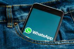 Tel?fono negro con el logotipo de los medios sociales WhatsApp en la pantalla imagen de archivo