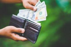 Tel het beschikbare geld Sparen geld analyseer het gebruik van geld aan een bescheiden tarief royalty-vrije stock foto