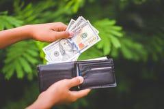Tel het beschikbare geld Sparen geld analyseer het gebruik van geld aan een bescheiden tarief royalty-vrije stock afbeeldingen
