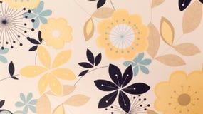 Tela amarilla con el fondo de las flores Imagen de archivo