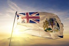 Tela antártica britânica de pano de matéria têxtil da bandeira do território que acena na névoa superior da névoa do nascer do so ilustração royalty free