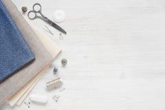 Tela azul y herramientas de costura imagen de archivo