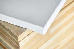 Tela bianca del cotone Barelle di legno nei precedenti prescelto fotografia stock libera da diritti