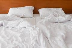 Tela bianca sgualcita del letto di mattina all'hotel Fotografia Stock