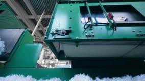 Tela blanca que mueve encendido un transportador moderno en una planta almacen de metraje de vídeo