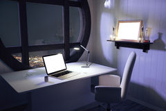 Tela branca vazia do portátil na tabela branca com cadeira e os wi redondos imagem de stock royalty free