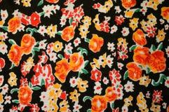 Tela brillante con adornos florales naranja-rojos Imagen de archivo libre de regalías