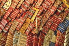 Tela colorida en el souk marroquí foto de archivo