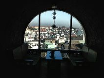 Tela da cidade da janela do quadro foto de stock