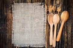 Tela da imballaggio ed utensili rurali della cucina sulla vista di legno della tavola dalla cima immagini stock