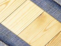 Tela das calças de brim no fundo ou na textura de madeira da parede foto de stock