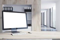 Tela de computador branco em uma tabela de madeira Imagem de Stock