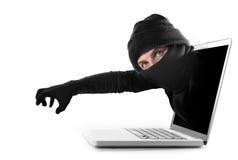 Tela de computador criminoso do hacker e do homem do cyber para fora com agarramento e roubo do corte da senha e do crime concept Fotografia de Stock