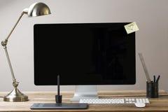 Tela de computador grande com artigos estacionários Imagem de Stock
