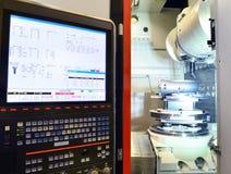 Tela de computador para controlar uma máquina do cnc no engi mecânico imagens de stock royalty free