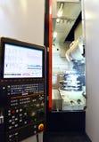 Tela de computador para controlar uma máquina do cnc no engi mecânico imagens de stock